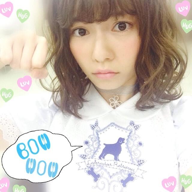 犬のポーズをする島崎遥香